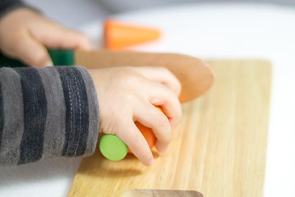 野菜を切っている子供拡大