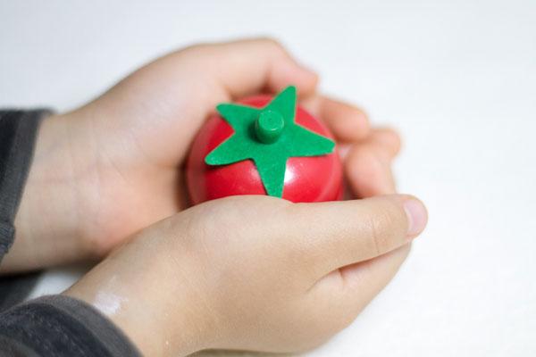 トマトを持っている子供