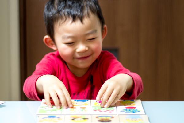 テーマカウントで笑って遊ぶ子供
