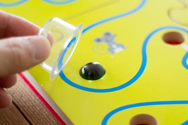 穴にビー玉が落ちないようにゴール出来れば勝ち