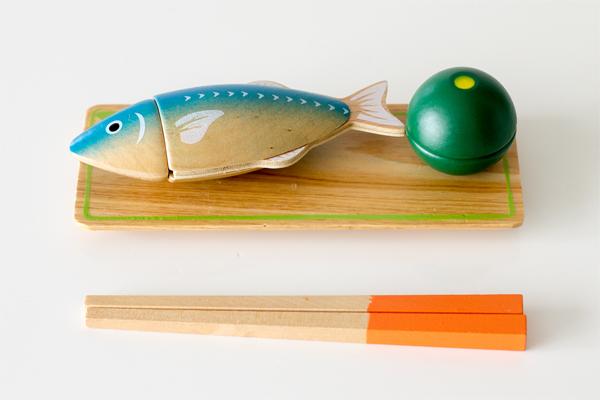 魚をお皿に盛り付けている様子拡大