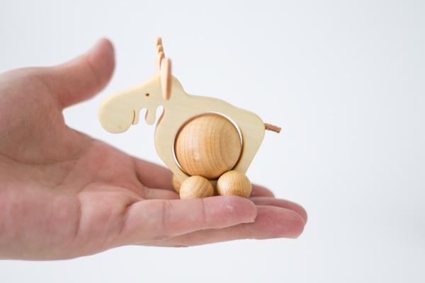 ドイツ木のおもちゃコロコロトナカイサイズ感