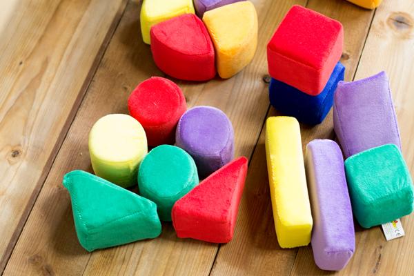 色いろブロックを床に並べている様子