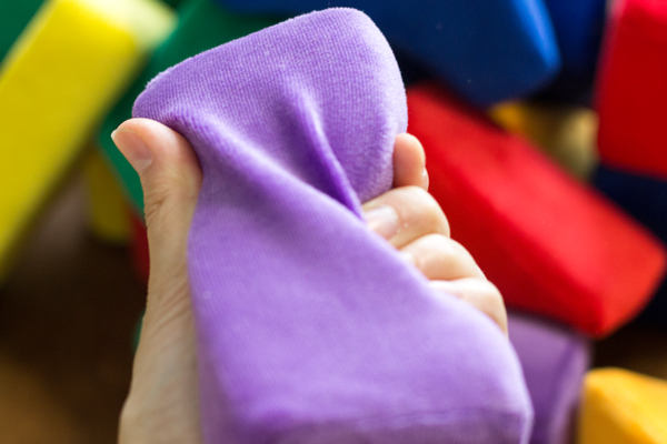 色いろブロックを握っている大人の手