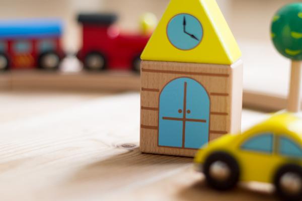 木のおもちゃの汽車