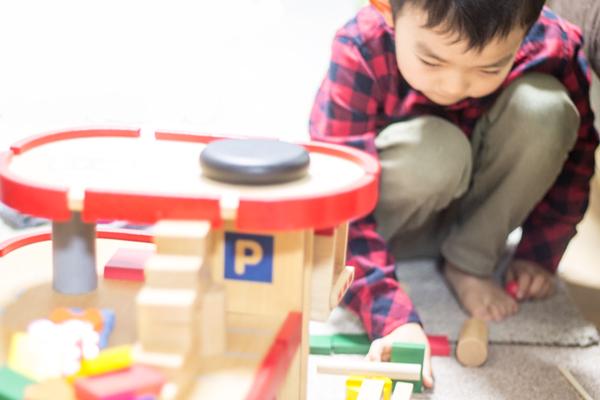 ドミノ遊びをしている子供