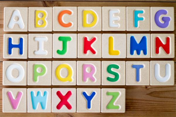 アルファベットタイルを並べた様子